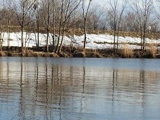 残雪の発寒川ポイントを対岸から望む3・21.JPG